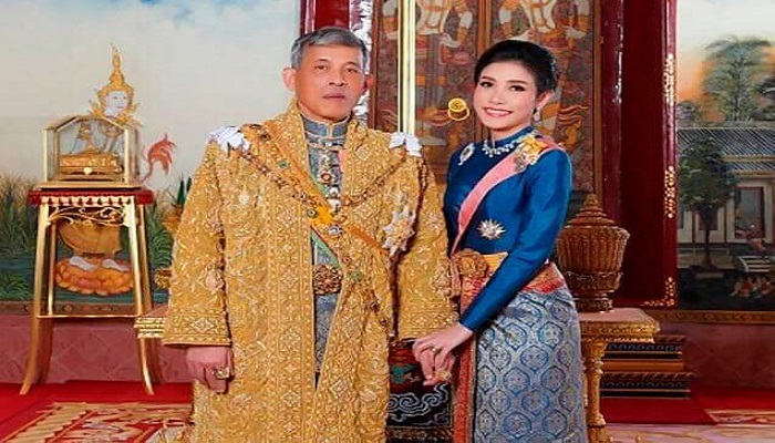 Thailands King officially reinstates his mistress as